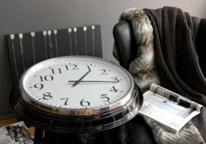 mesa auxiliar con reloj de IKEA
