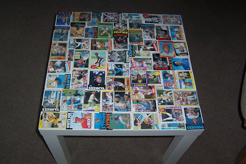 mesa con cromos