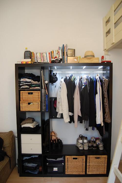 vestidor  Un pequeño vestidor con una estantería EXPEDIT