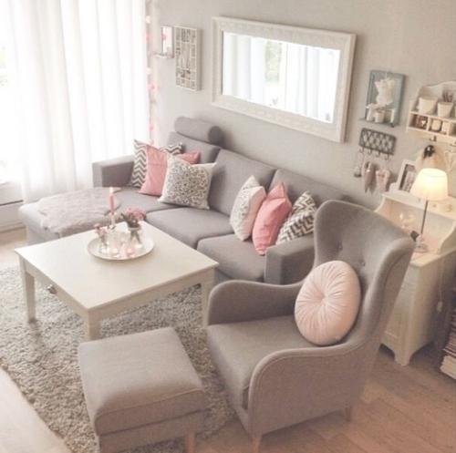 otra vez nos encontramos con uno de los sofs mticos de ikea que ayuda a crear dos estancias el cuarto de estar con el saln el juego de