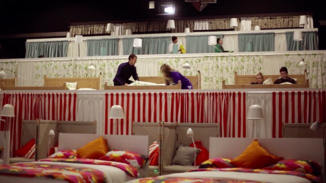 ikea-transforma un cine en una habitación con camas