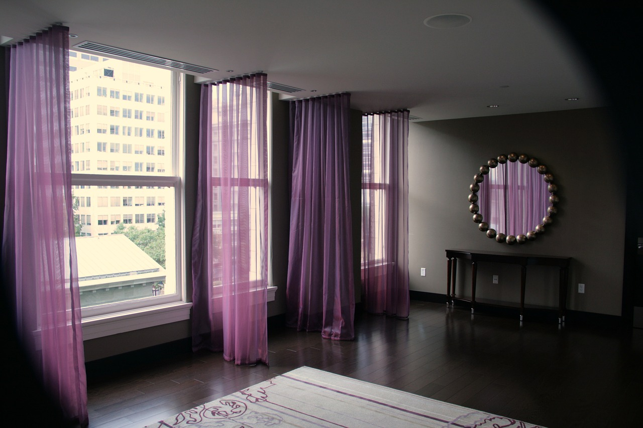 salon con cortinas moradas