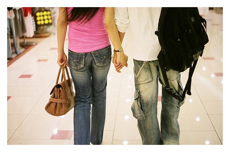 pareja dandose la mano