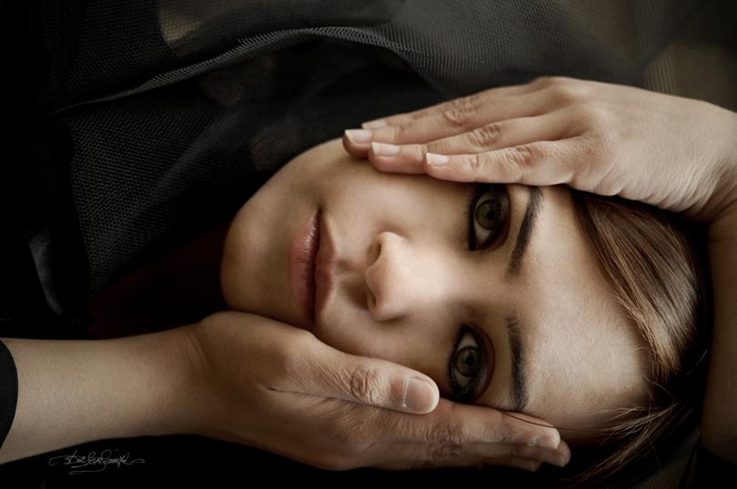 mujer con dos manos en la cara