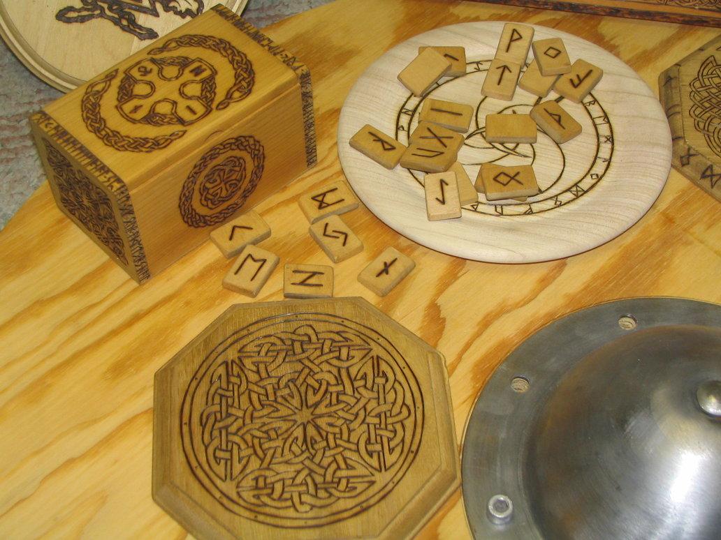 platos, cajas y cuencos en madera labrada
