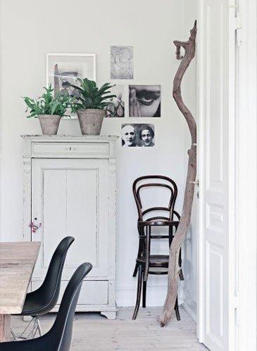 pequeño espacio decorado en blanco y con una rama seca