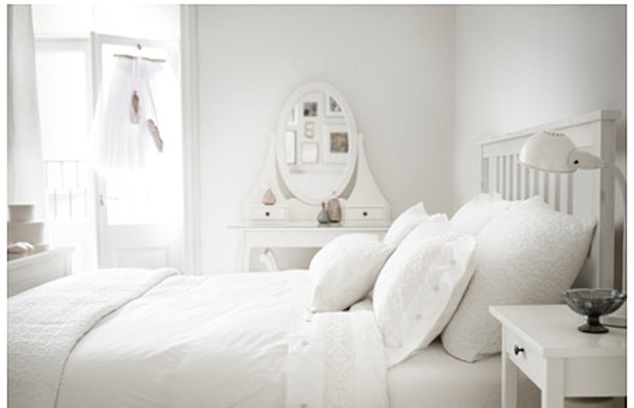 dormitorio en color blanco con muebles de ikea