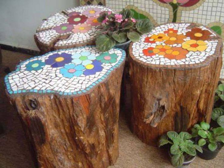 tocones de madera decorados con mosaico