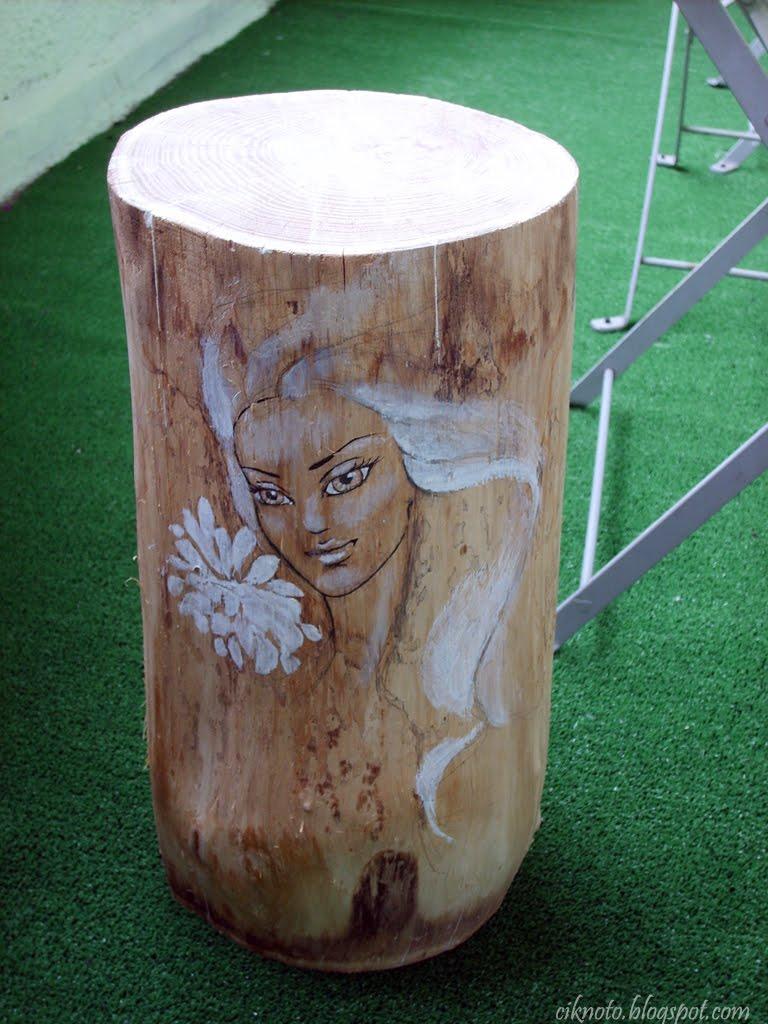 trozo de tronco pintado