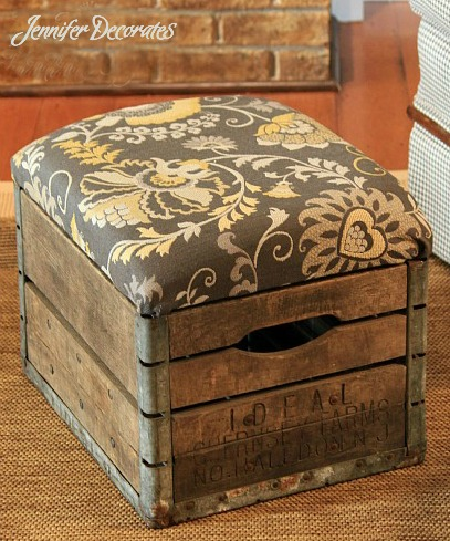 caja convertida en asiento para el salón