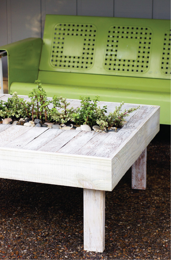 mesa hecha con palet y decorada con plantas