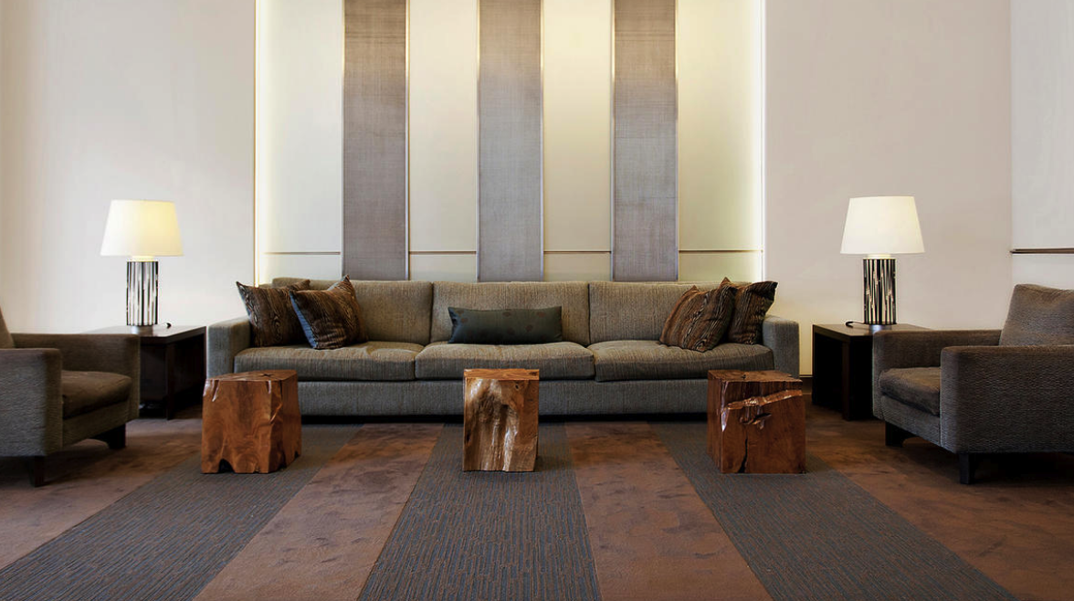 precioso salon con rayas verticales en gris y con complementos naturales