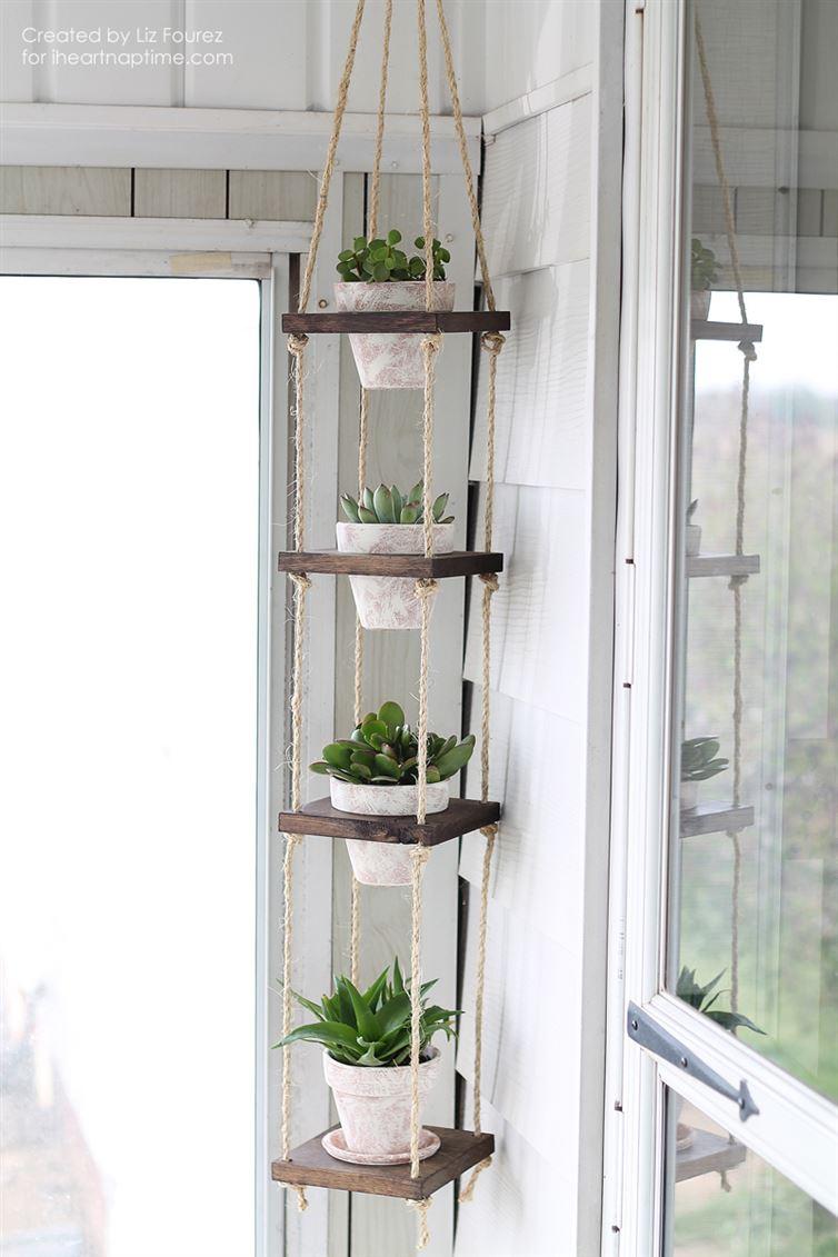 macetas blancas con plantas como jardin vertical