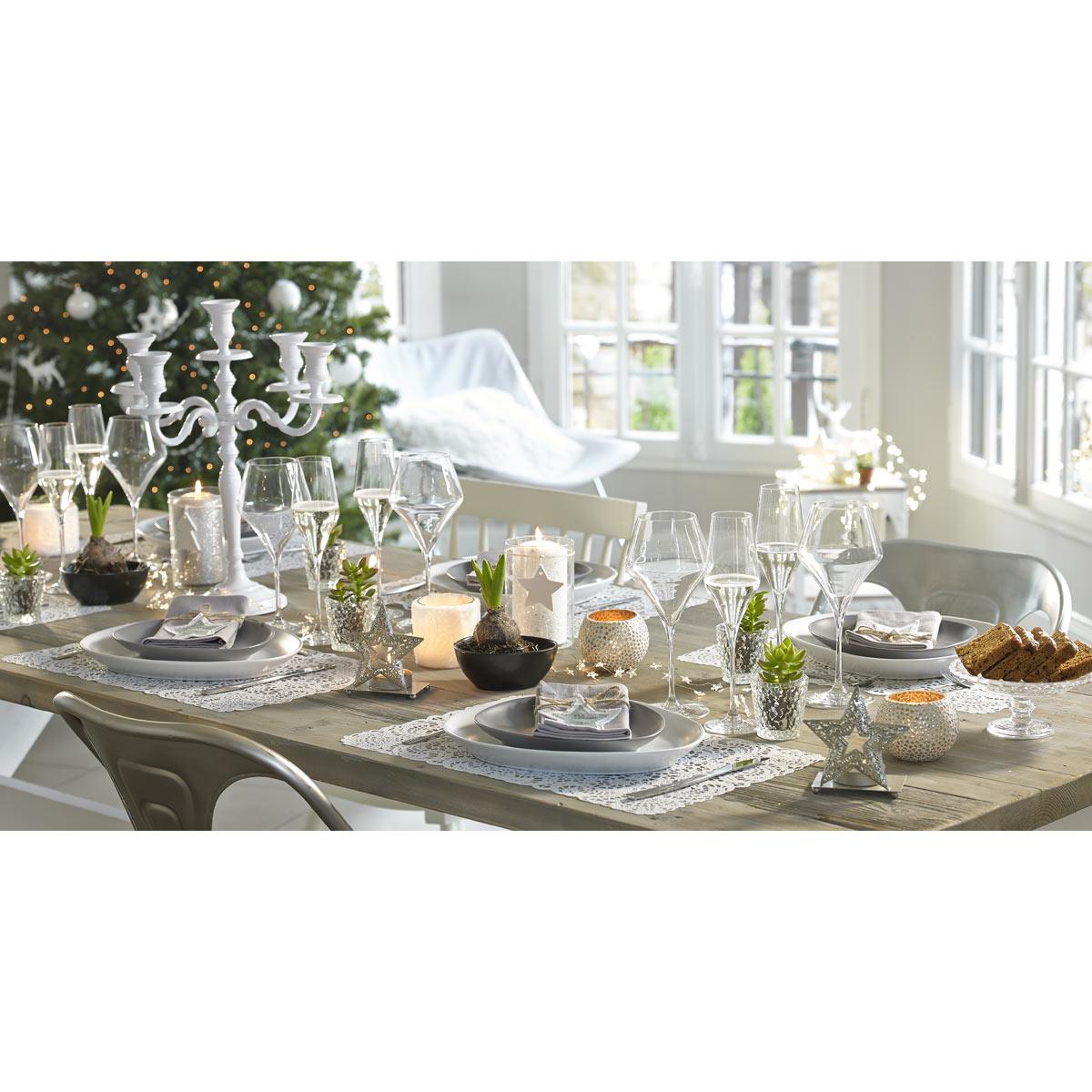 mesa decorada de forma romantica
