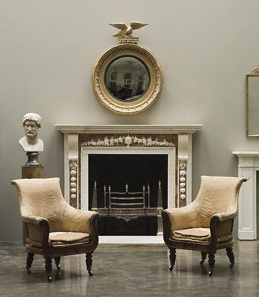 salón con sillas antiguas y una chimenea