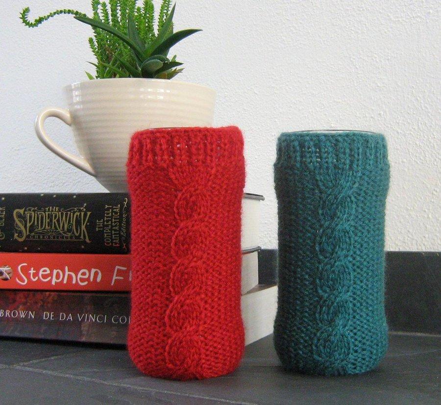 jarrones envueltos en tejido de color rojo y verde