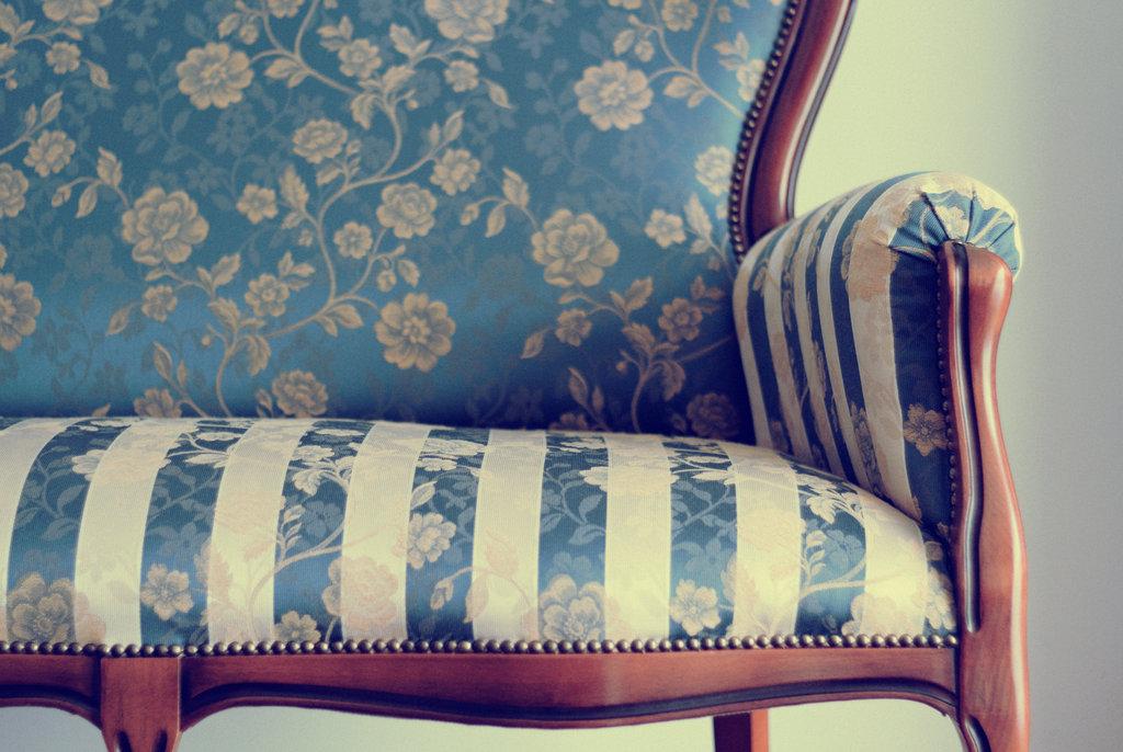 sofa con un bonito tapizado a rayas y flores