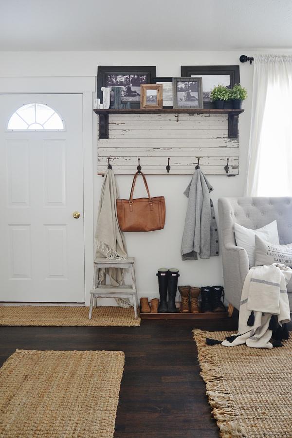 entrada de casa decorada en blanco