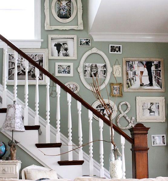 escaleras blancas con cuadros en la pared