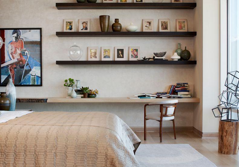 oficina dentro de un dormitorio