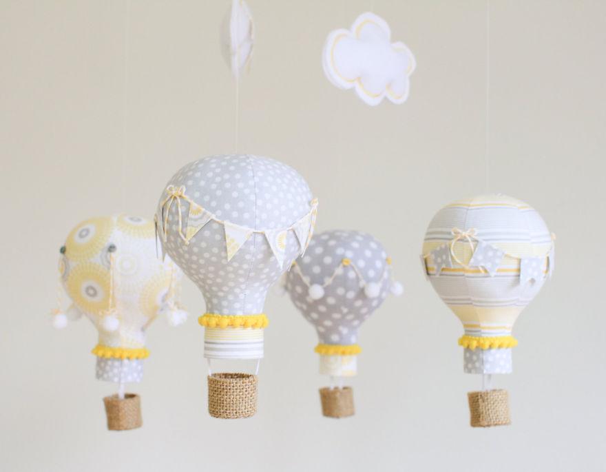 bombillas recicladas y convertidas en un movil para cuna