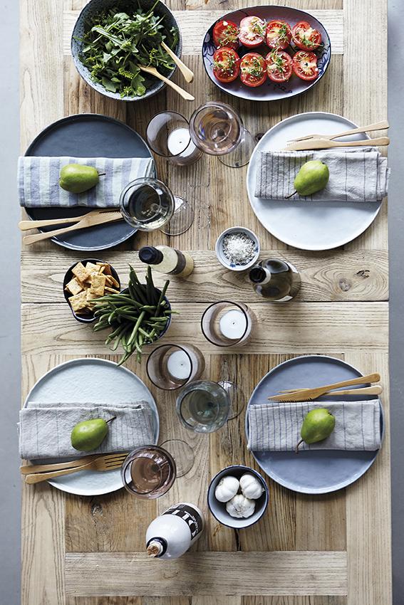 mesa para comer bien organizada