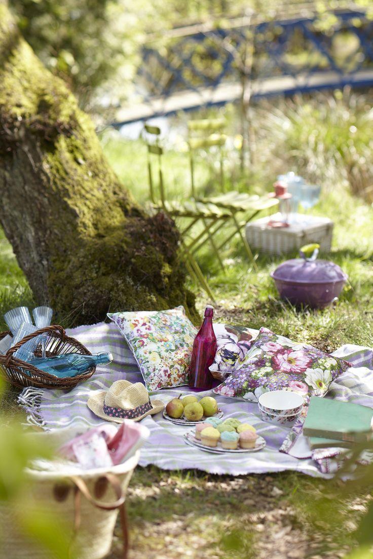 precioso picnic organizado en el suelo