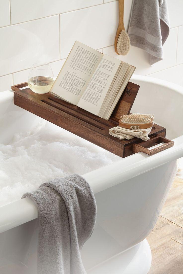 baño en blanco y con complementos en madera