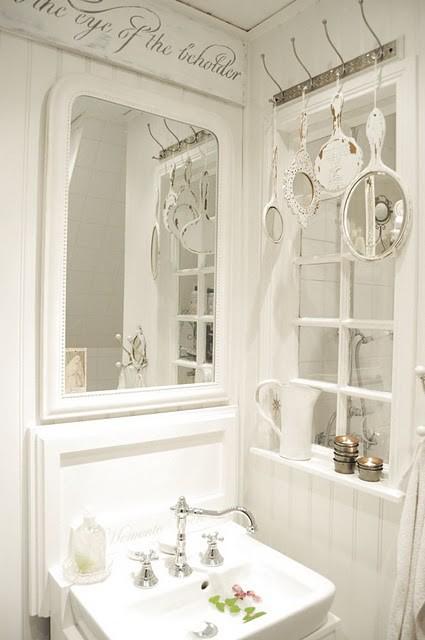 baño en color blanco y de pocas dimensiones
