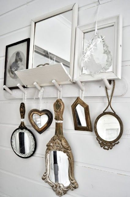 espejos colgados en un perchero