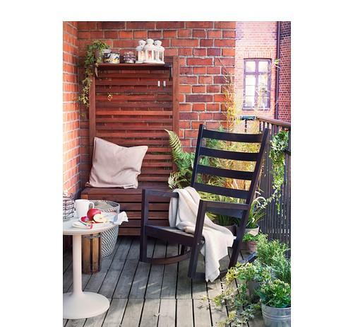 terraza con una mecedora negra