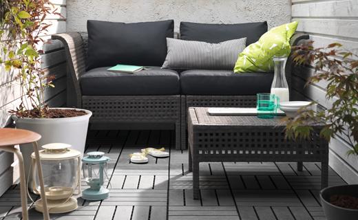 terraza con un sofá y una mesa
