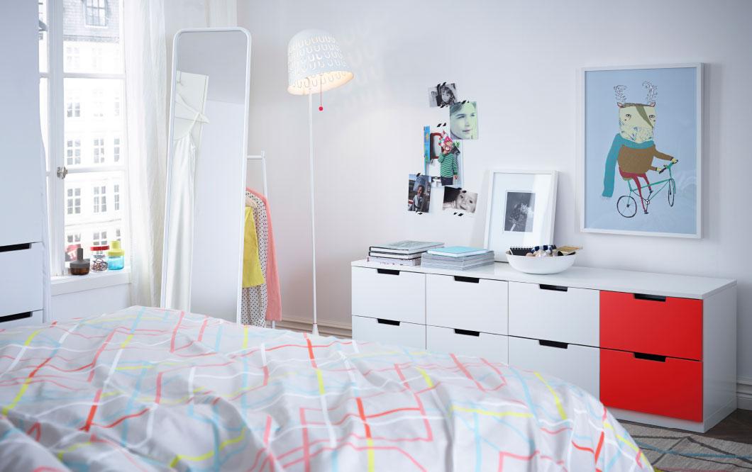 dormitorio en blanco y rojo