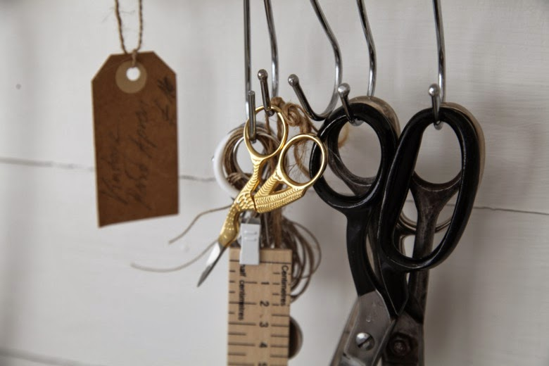 tijeras colgadas de ganchos