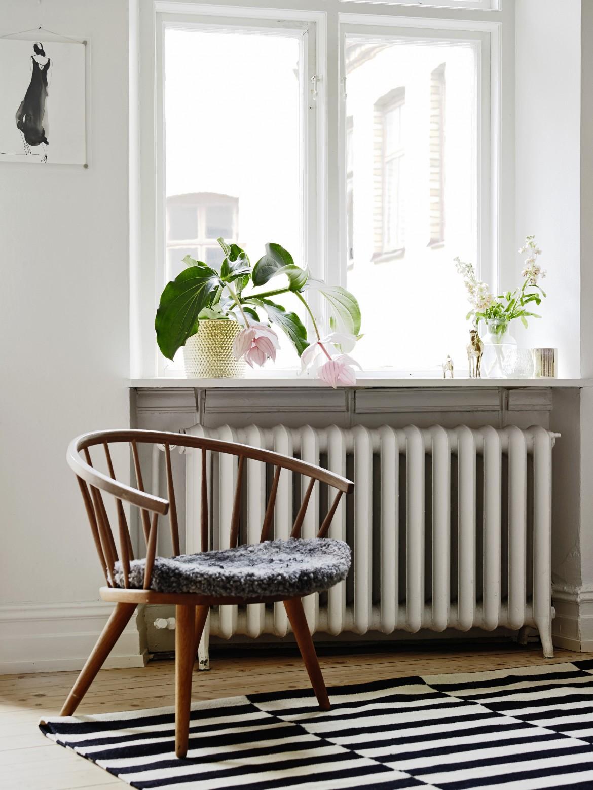 silla al lado de la ventana