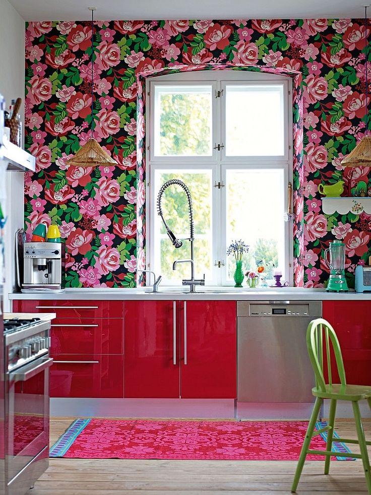 cocina con papel tapiz de flores