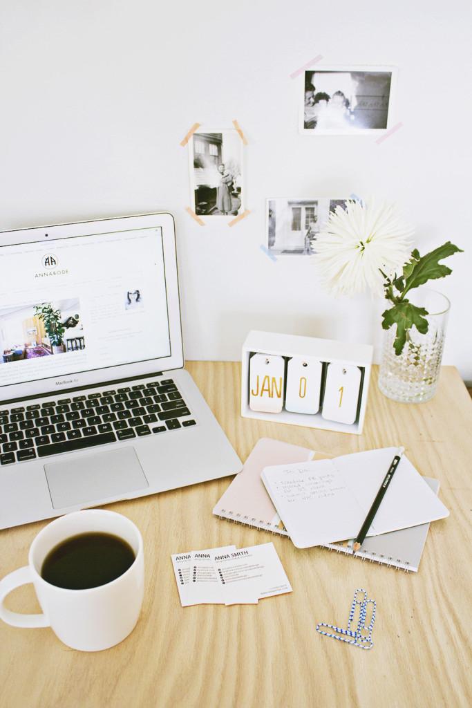 mesa de oficina con portátil y calendario