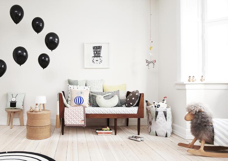 sofá dentro de una habitación