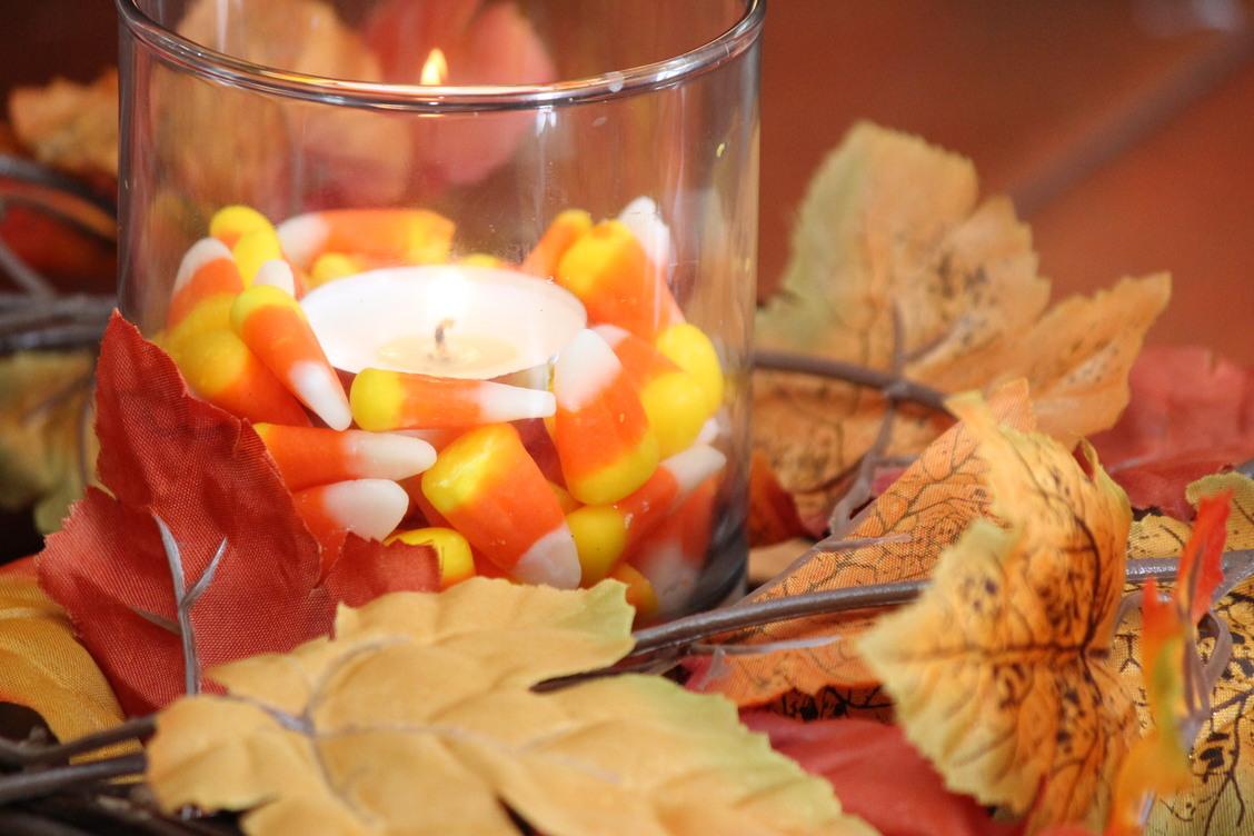 vela decorada con hojas