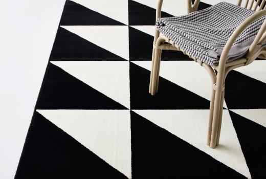 alfombra de triángulos en blanco y negro