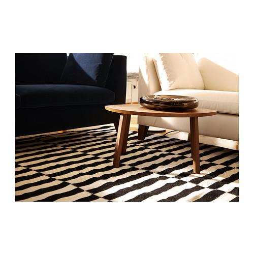 salón con una alfombra a rayas
