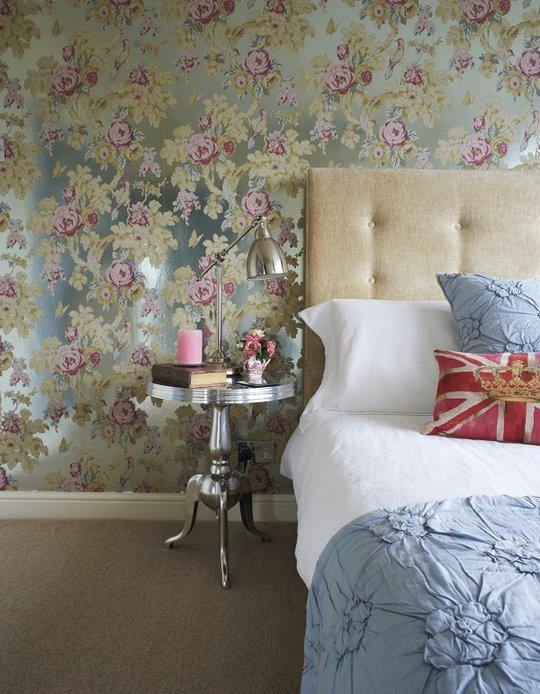 dormitorio decorado con papel pintado de flores