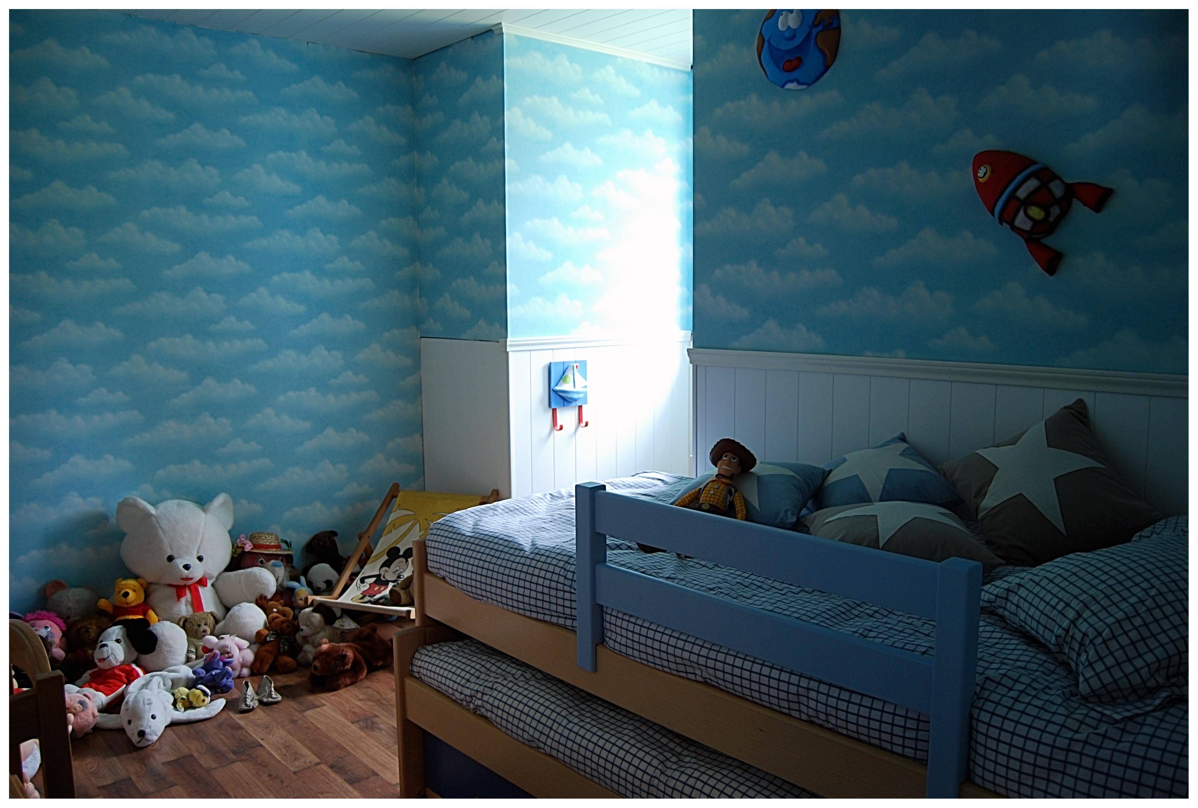 dormitorio infantil decorado con papel pintado
