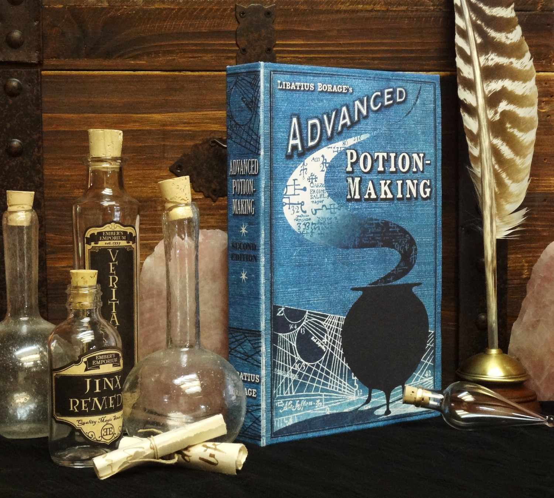 un libro de pociones y tarros llenos de cristal