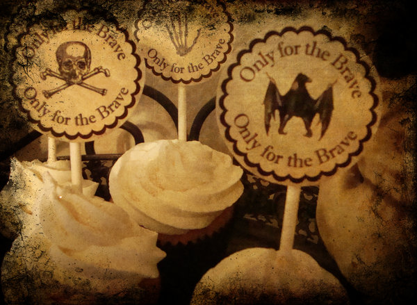 carteles de halloween sobre cupcakes