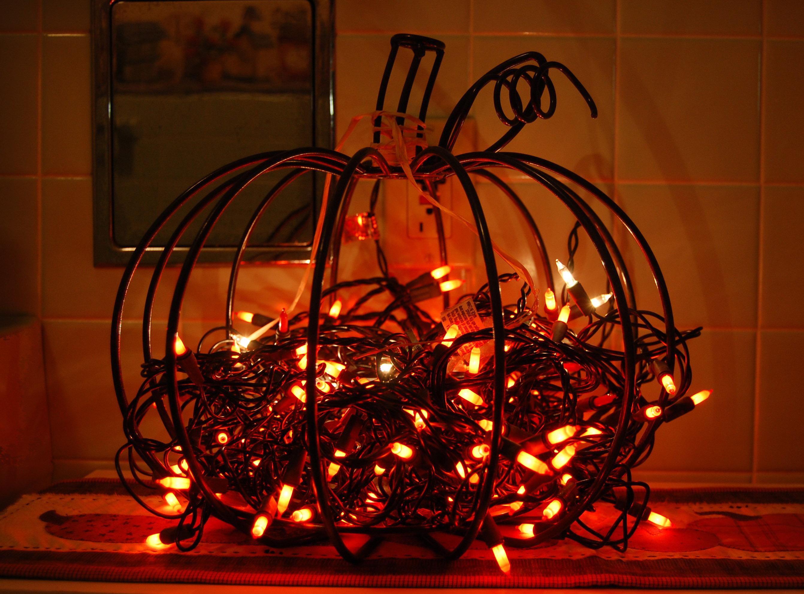 calabaza hecha de alambre y rellena de luces navideñas