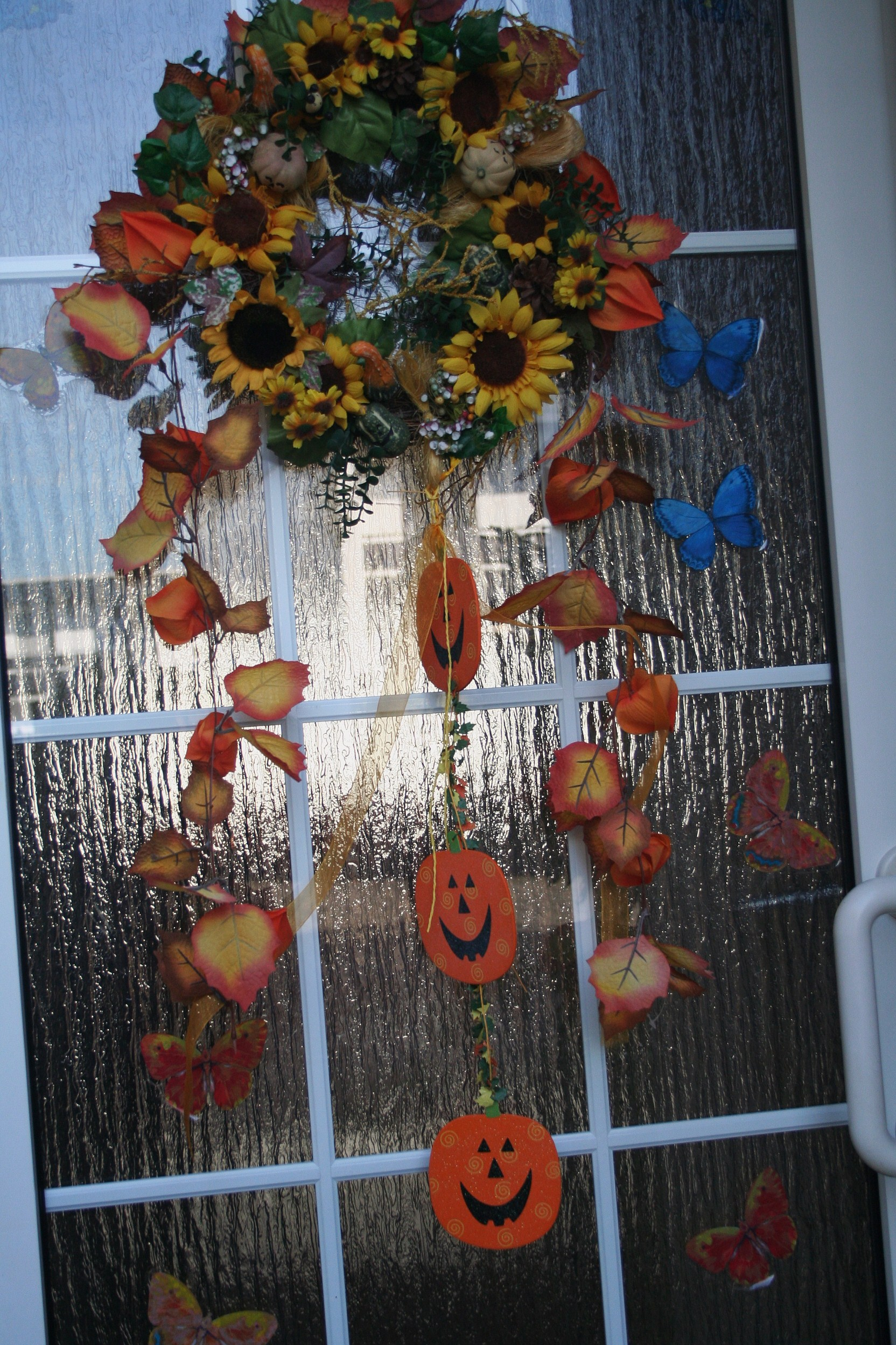 adorno de halloween en la puerta