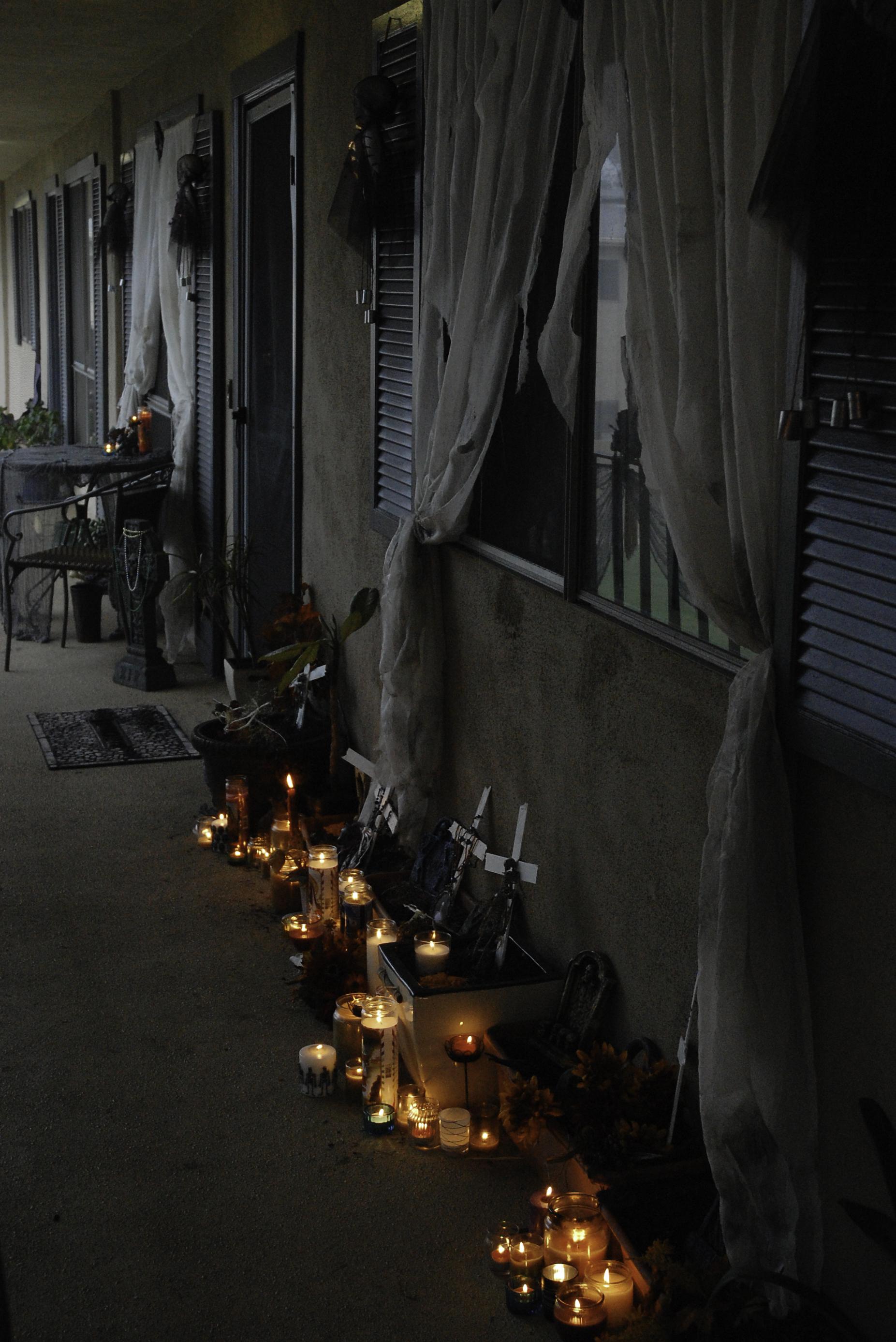 pasillo de cortinas negras y velas encendidas