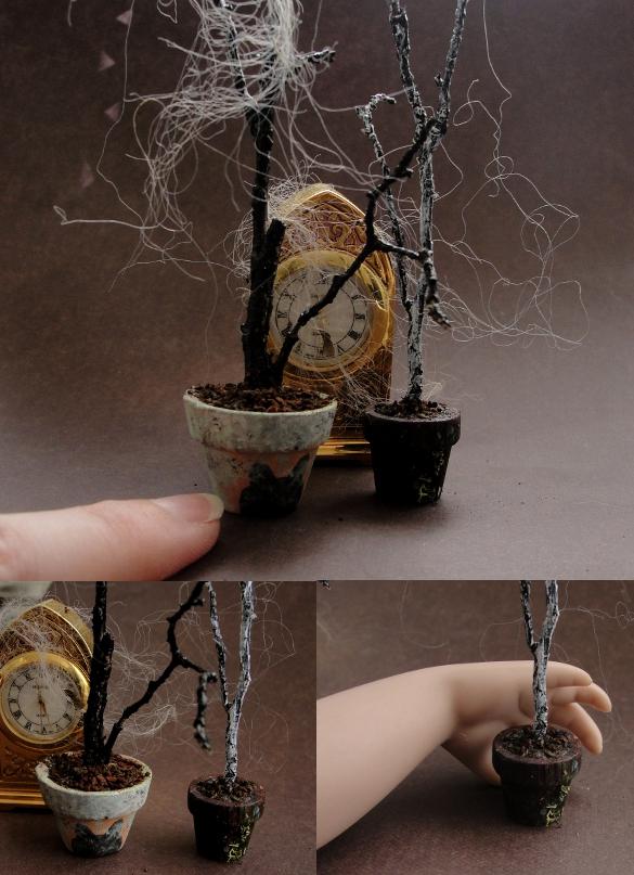 mini macetas y reloj con telas de araña simuladas