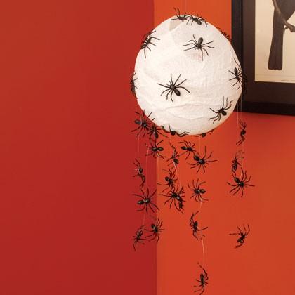 lámpara de papel decorada con arañas de plástico